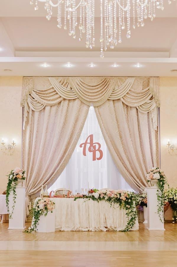 Роскошь украсила таблицу пар замужества стоковые фото