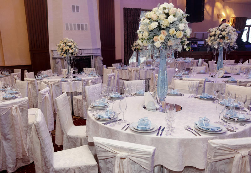 Роскошь украсила таблицы на богатом приеме по случаю бракосочетания стильное arran стоковая фотография
