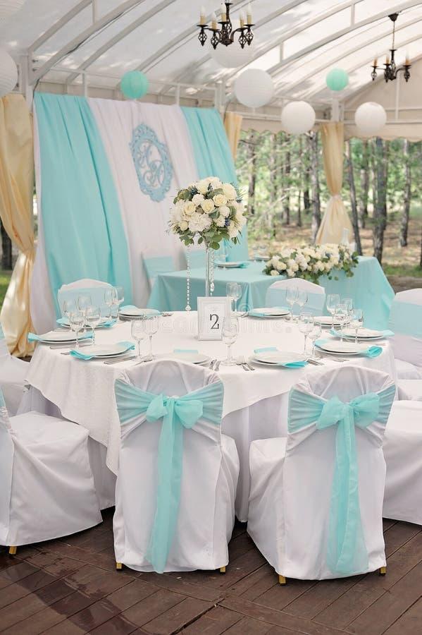 Роскошь украсила таблицы для свадебной церемонии стоковое изображение rf