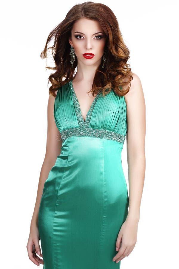 роскошь Shapely женщина в шелковистом безрукавном классическом платье стоковые изображения rf