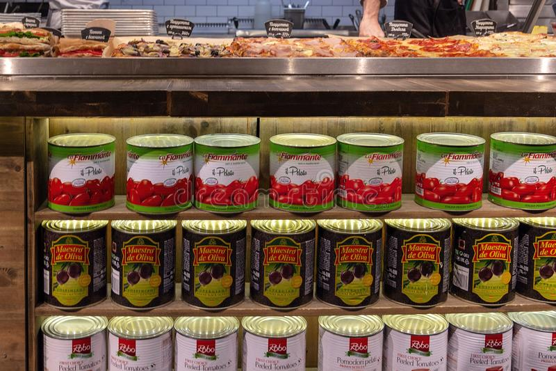 Российская Федерация moscow 28 03 2019 Бакалея по всему миру Жестяные коробки с томатной пастой и оливками стоковое изображение rf