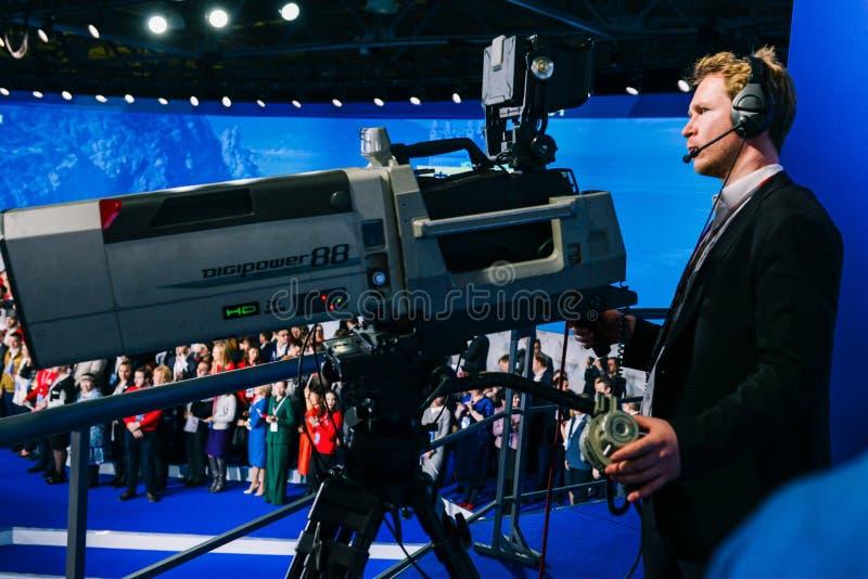 Россия, город Москва - 18-ое декабря 2017: Профессиональный оператор снимает толпу людей на камере студии Высокий стоковое изображение rf