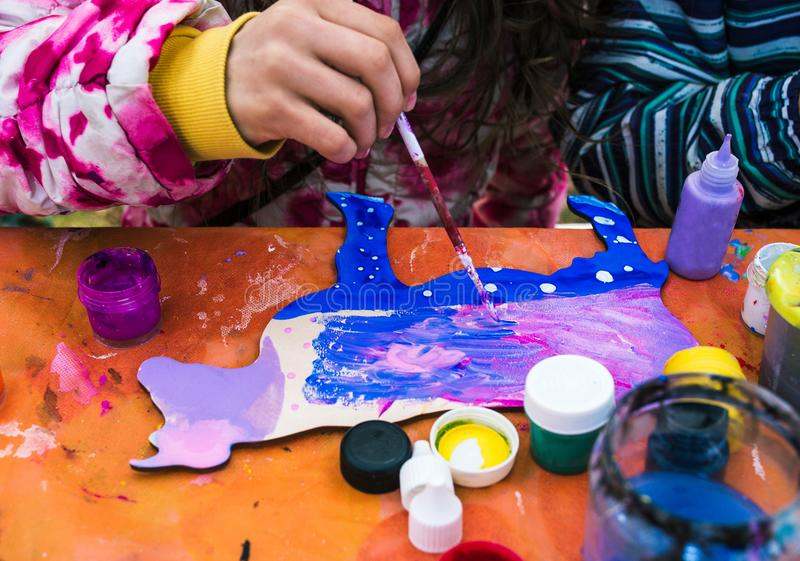Россия, город Yaroslavl - 4-ое мая 2019: Ребенок красит изображение Рисуя урок на школе или творческой студии Вокруг стоковые фотографии rf
