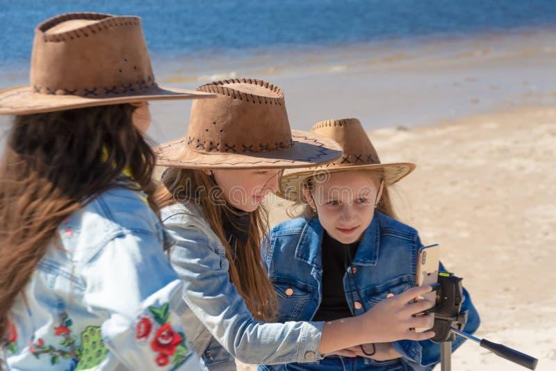 Россия, Казань - 25-ое мая 2019: 3 предназначенных для подростков девушки принимают selfie на iPhone Xs на солнечный день стоковые изображения rf