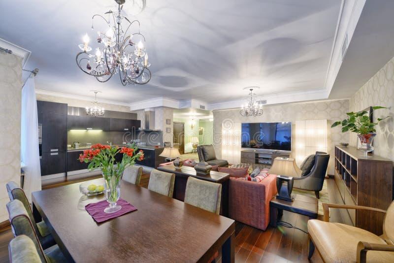 Россия Москва - комната современного дизайна интерьера живущая, городская недвижимость стоковые фотографии rf