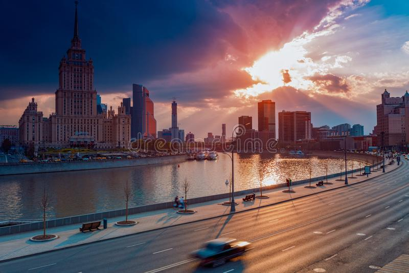 РОССИЯ, МОСКВА - 30-ое апреля 2018: Взгляд на реке, гостинице Ukraina, городе Москвы и мировой торговле Catner стоковое изображение