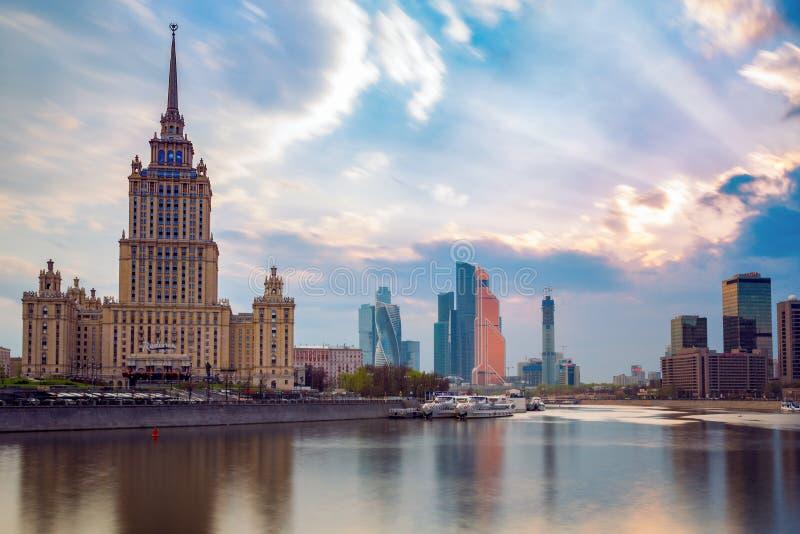 РОССИЯ, МОСКВА - 30-ое апреля 2018: Взгляд на реке, гостинице Ukraina, городе Москвы и мировой торговле Catner стоковое фото rf