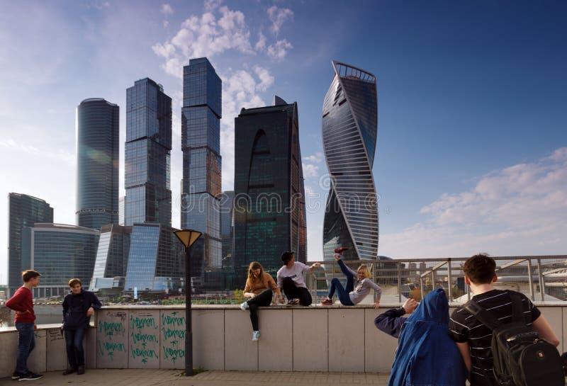 РОССИЯ, МОСКВА - 30-ое апреля 2018: Люди около города Москвы имеют потеху и принимают фото стоковое изображение rf