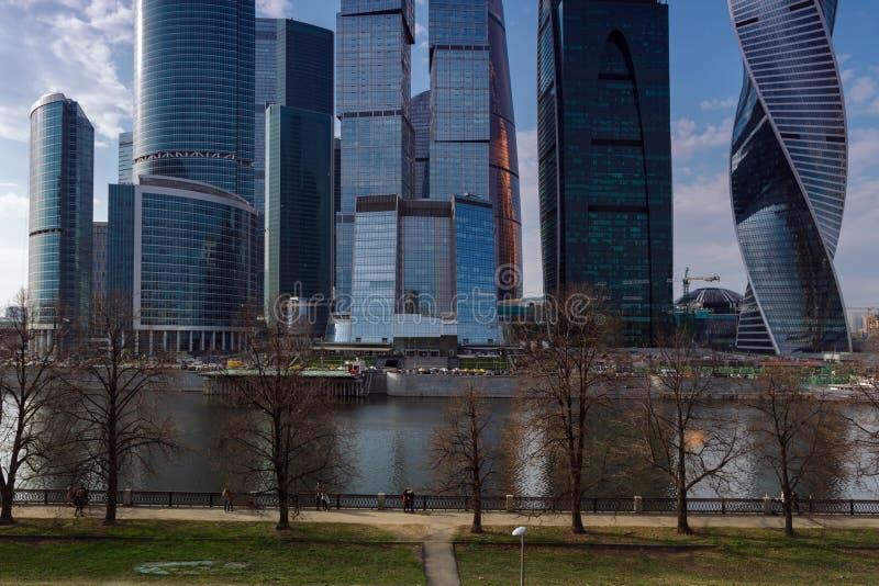 РОССИЯ, МОСКВА - 30-ое апреля 2018: Прогулка людей embarkment около города Москвы стоковое фото