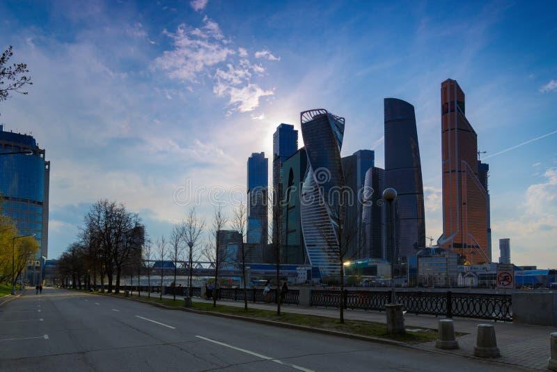 РОССИЯ, МОСКВА - 30-ое апреля 2018: Прогулка людей embarkment около города Москвы стоковые фотографии rf