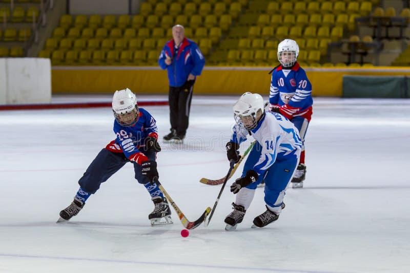 РОССИЯ, МОСКВА - 20-ОЕ АПРЕЛЯ 2015: Vympel-динамомашина спички тренировки, хоккейная лига детей перебрасывается, Россия стоковые изображения