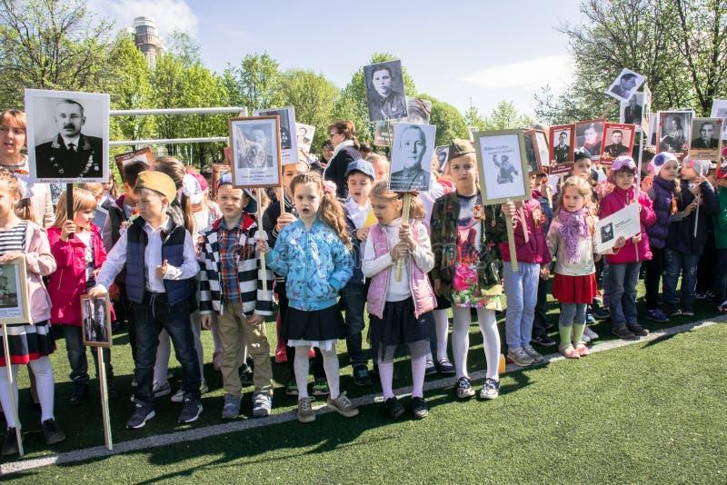 Россия Москва, 7-ое мая 18: ` Полка специального общественного ` действия детского сада бессмертное, воинская пропаганда положени стоковые изображения