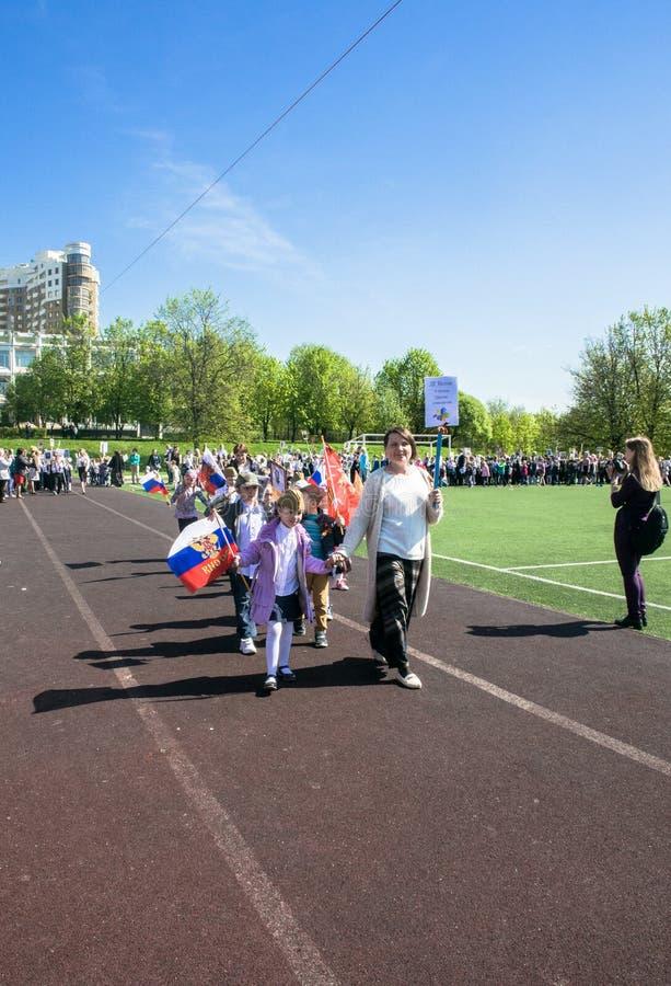 Россия Москва, 7-ое мая 18: Специальное шествие бессмертного полка, воинская пропаганда детского сада положения для русских детей стоковое фото rf