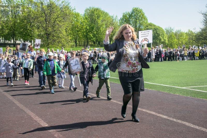 Россия Москва, 7-ое мая 18: Специальное шествие бессмертного полка, воинская пропаганда детского сада положения для русских детей стоковые изображения