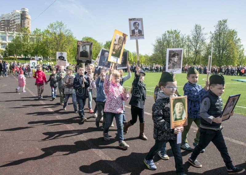 Россия Москва, 7-ое мая 18: Специальное шествие бессмертного полка, воинская пропаганда детского сада положения для русских детей стоковое изображение