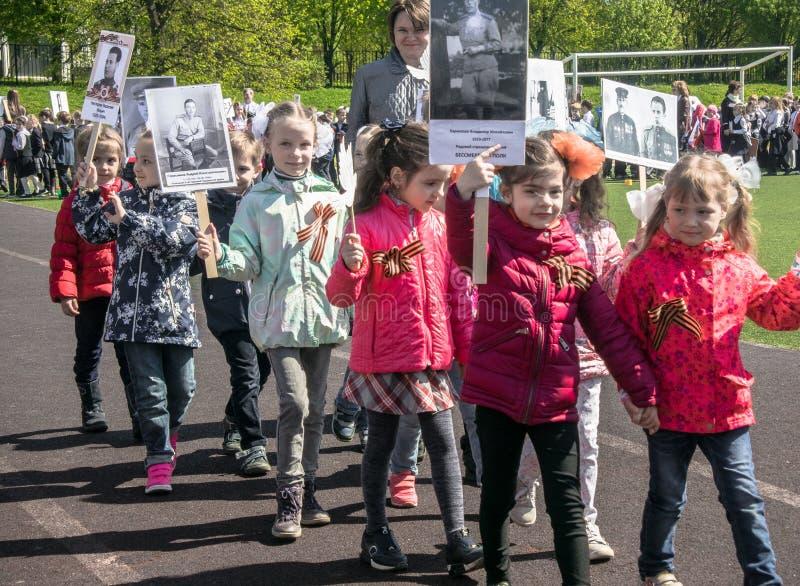 Россия Москва, 7-ое мая 18: Специальное шествие бессмертного полка, воинская пропаганда детского сада положения для русских детей стоковая фотография rf