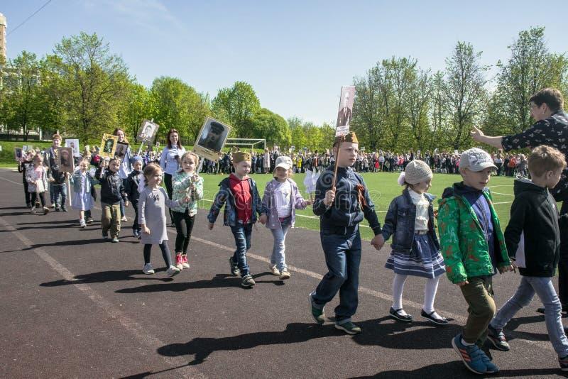 Россия Москва, 7-ое мая 18: Специальное шествие бессмертного полка, воинская пропаганда детского сада положения для русских детей стоковые фотографии rf