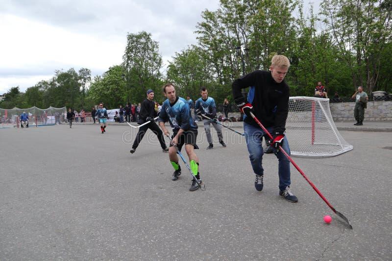 Россия, Мурманск 24-ое июня 2018: торжество дня молодости в России, молодости играет хоккей стоковое фото rf