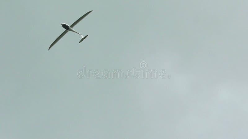 Россия, Новосибирск, 31-ое июля 2016: Белое sailplane в сером небе акции видеоматериалы