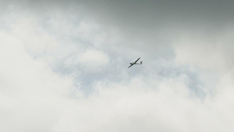 Россия, Новосибирск, 31-ое июля 2016: Белое sailplane в сером небе сток-видео