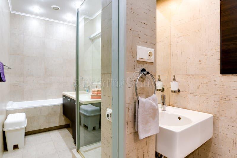 Россия, Новосибирск - 28-ое января 2016: внутренняя квартира комнаты современный bathroom, раковина, элементы оформления стоковое изображение rf