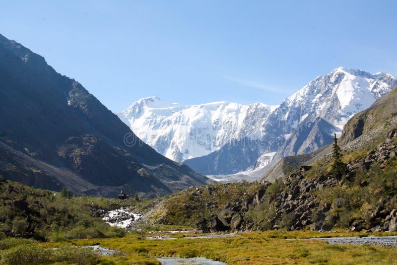 Россия, республика Altai Очень красивые изображения природы в максимуме Altai снег-покрыли горы, быстрые, шумные реки горы, bea стоковые изображения