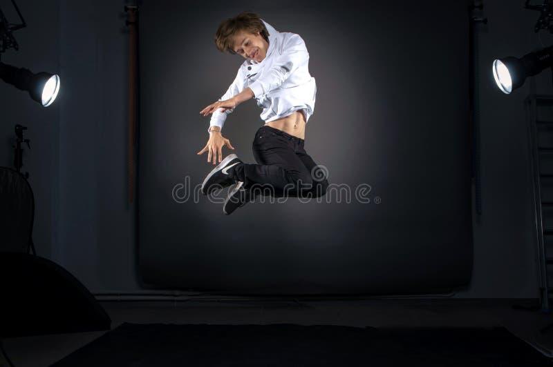 Россия, Рязань - 23 06 2018 - Модель человека Yong скача в профессиональную ст стоковое фото