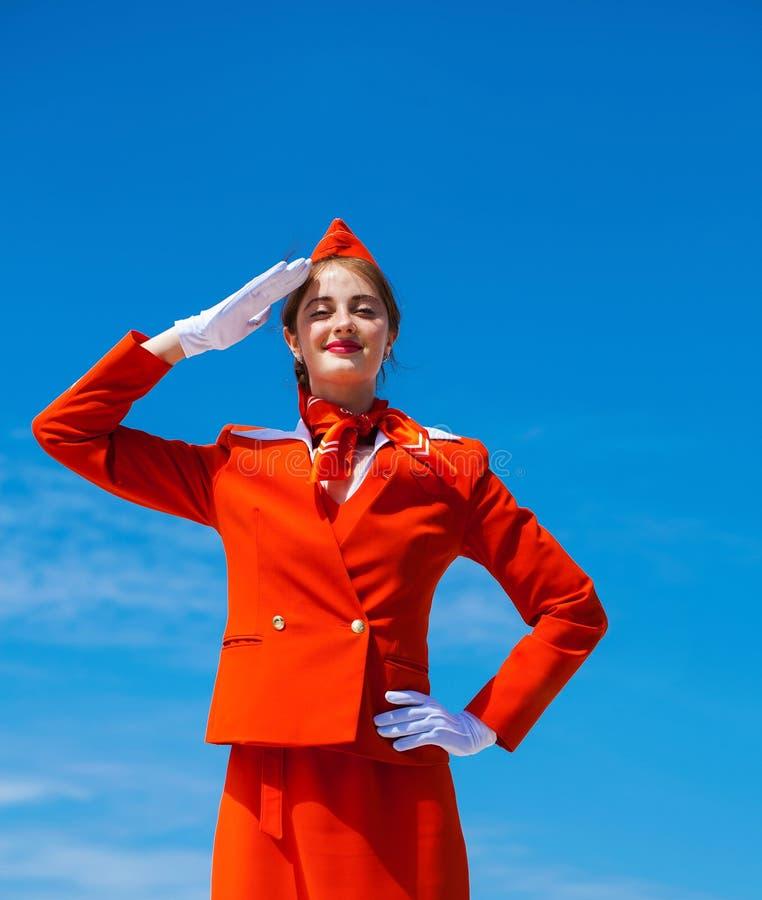 РОССИЯ, САМАРА: 19 JULE 2019 Красивый stewardess одетый в официальной красной форме авиакомпаний Аэрофлота стоковые изображения rf