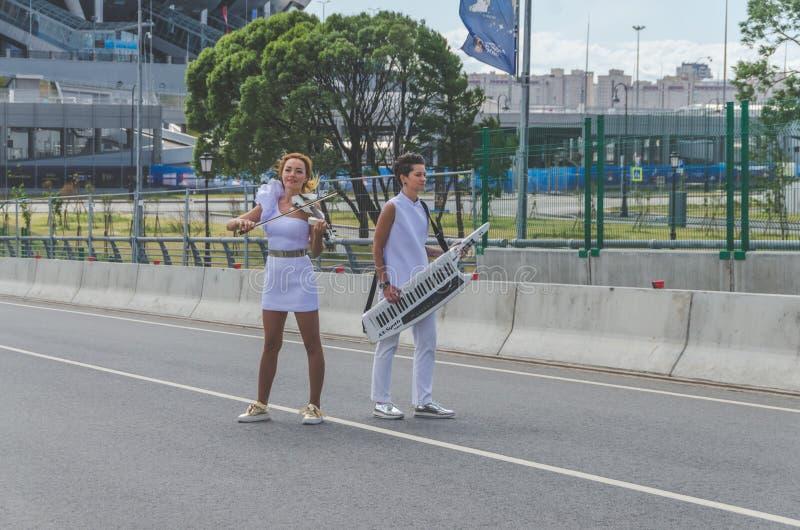 Россия, Санкт-Петербург, 20-ое июня 2018 - musicia улицы 2 девушек стоковая фотография