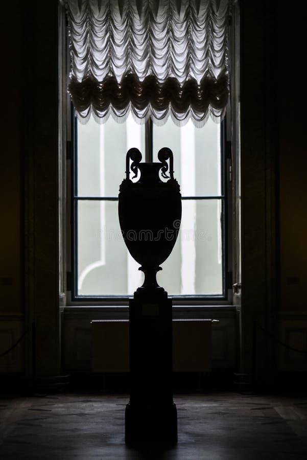 Россия, Санкт-Петербург, 10-ое октября 2016: Старая ваза под светом в музее наследия в Sankt Петербурге, России стоковые фотографии rf
