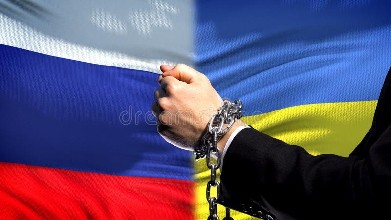 Россия санкционирует Украину, прикованный конфликт оружий, политических или экономических, дело стоковое фото