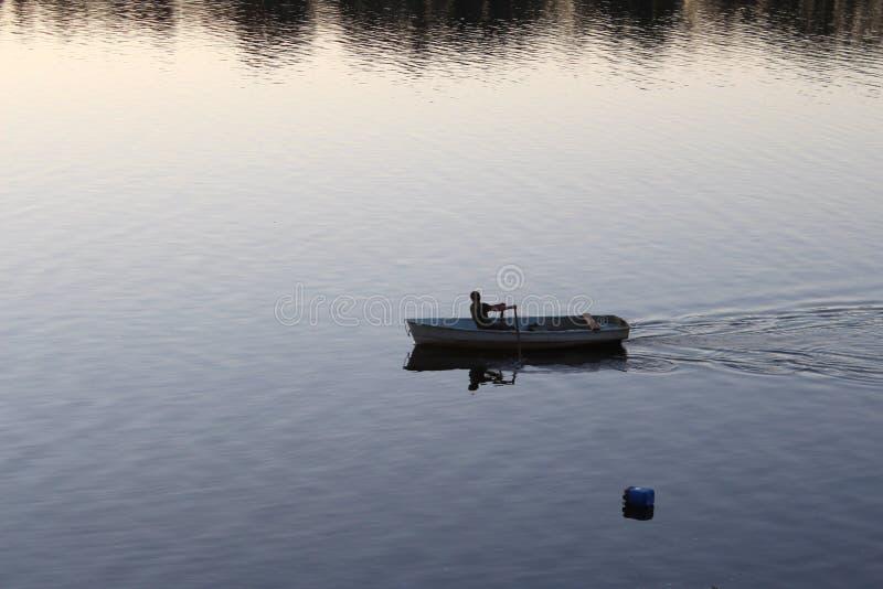 Россия: Сиротливый человек плавая в шлюпку стоковые фотографии rf