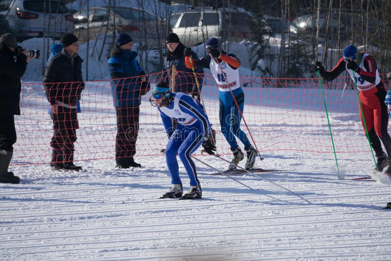 Россия Berezniki 11-ое марта 2018 - фокус гонки лыжи по пересеченной местностей в центре изображения - Россия Berezniki 11-ое мар стоковые фотографии rf
