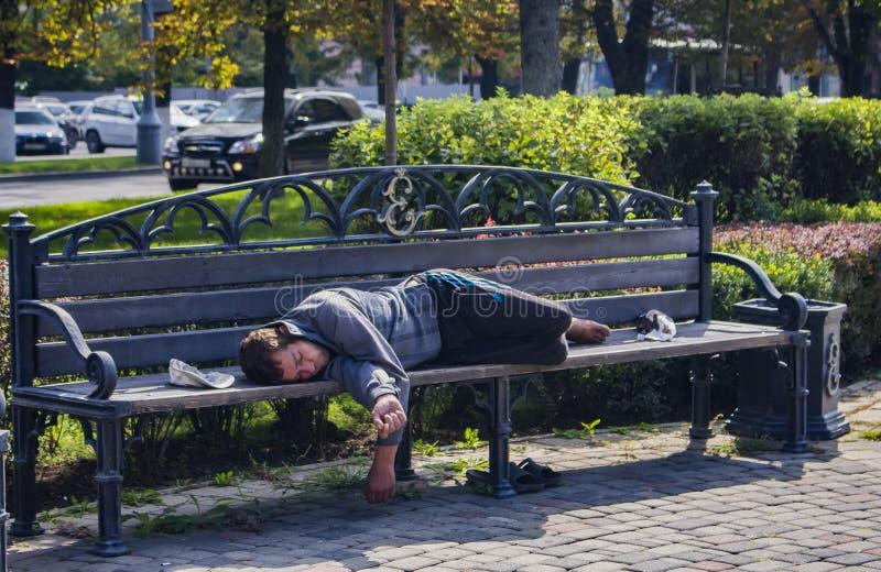 Россия, Hobo Краснодара 29-ое сентября 2018 спит на стенде в городе стоковое изображение rf