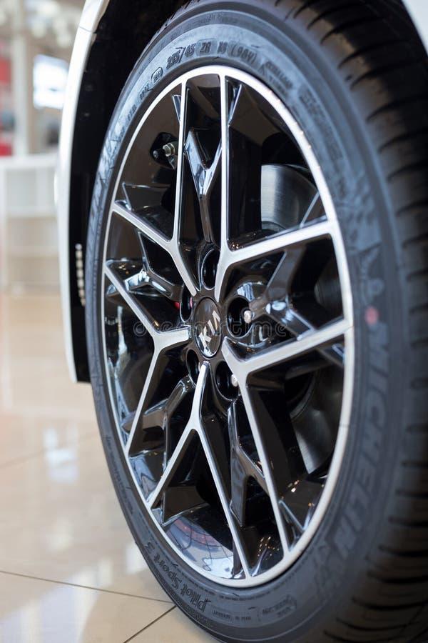Россия, Izhevsk - 4-ое апреля 2019: Выставочный зал KIA Колесо с колесом сплава нового автомобиля Известный бренд мира стоковое изображение rf