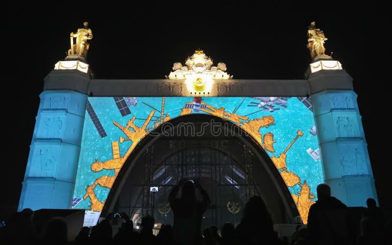 Россия moscow VDNKH VDNH Свет и авиасалон на фасаде космоса павильона стоковое изображение rf
