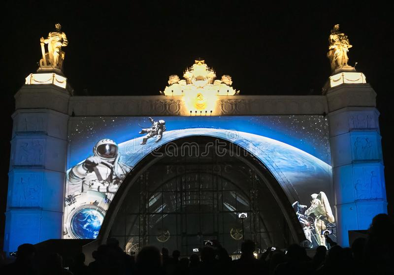 Россия moscow VDNKH VDNH Свет и авиасалон на фасаде космоса павильона стоковые фотографии rf