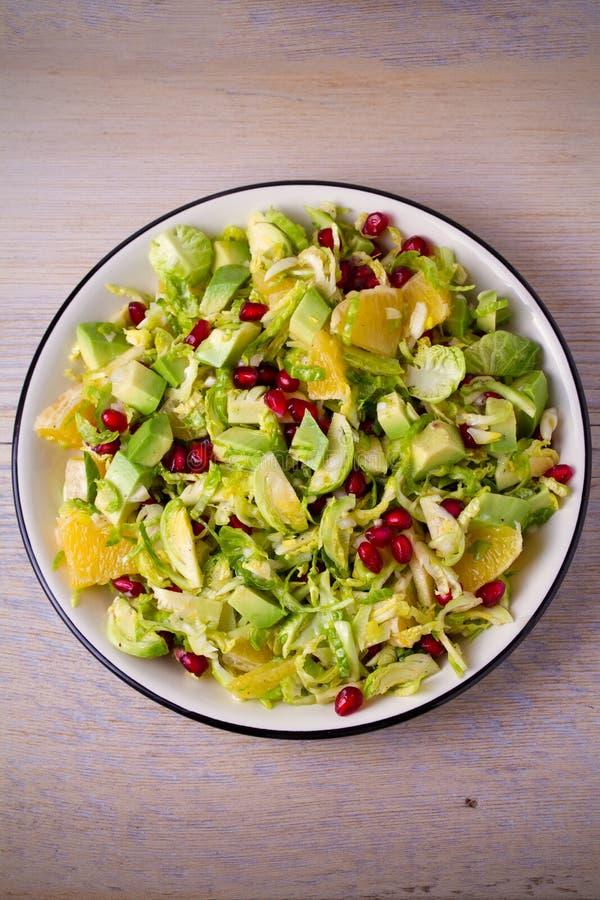 Ростки Брюсселя гранатовое дерево, авокадо, и салат цитруса стоковые изображения rf