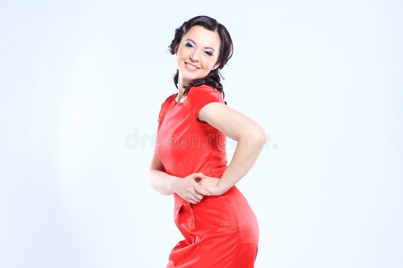 Рост портрета полностью красивой молодой женщины в красном платье, изолированный на белой предпосылке стоковая фотография
