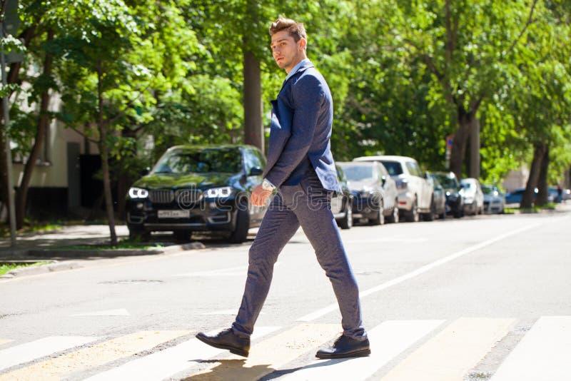 Рост портрета полностью молодого человека в деловом костюме стоковое фото rf