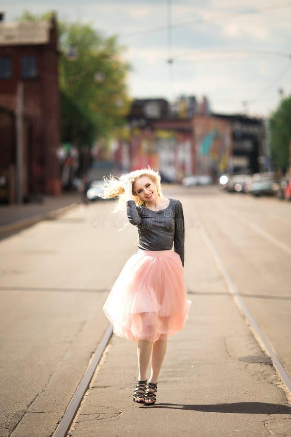 Рост портрета полностью, молодые женщины идя на улицу, лето outdoors стоковое изображение rf