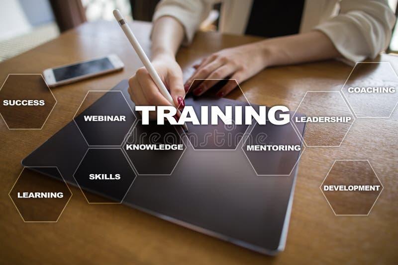 Рост профессионала тренировки и развития Интернет и концепция образования стоковое изображение rf