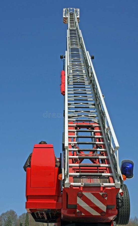 Рослость лестницы и голубая сирена тележки пожарных во время emerg стоковое фото