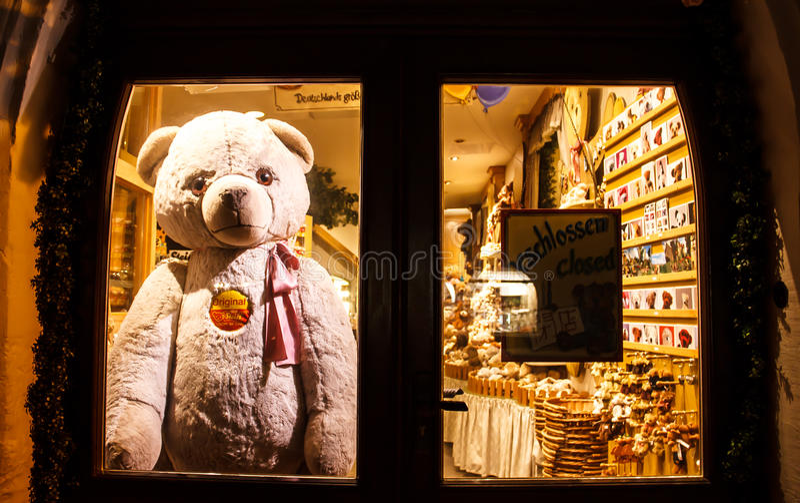 РОТЕНБУРГ OB DER TAUBER, ГЕРМАНИЯ 11-ое сентября 2016: Плюшевый медвежонок Ротенбург помещенное за дверью после магазина закрыл стоковое фото