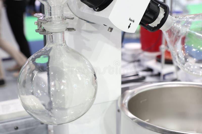 Роторный испаритель в химической лаборатории стоковое изображение rf