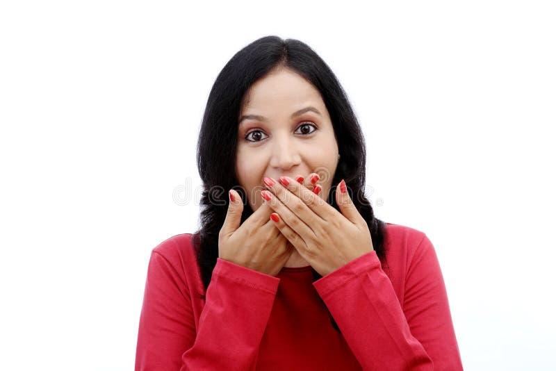 Рот заволакивания молодой женщины с ее руками стоковые фотографии rf