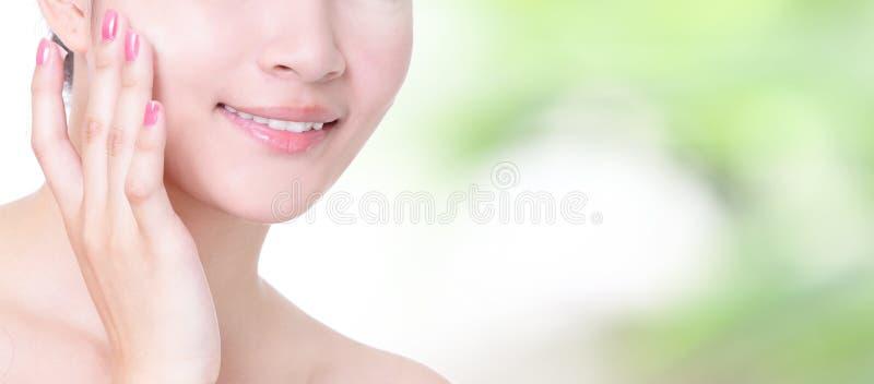 Рот усмешки женщины с зубами здоровья закрывает вверх стоковые изображения rf