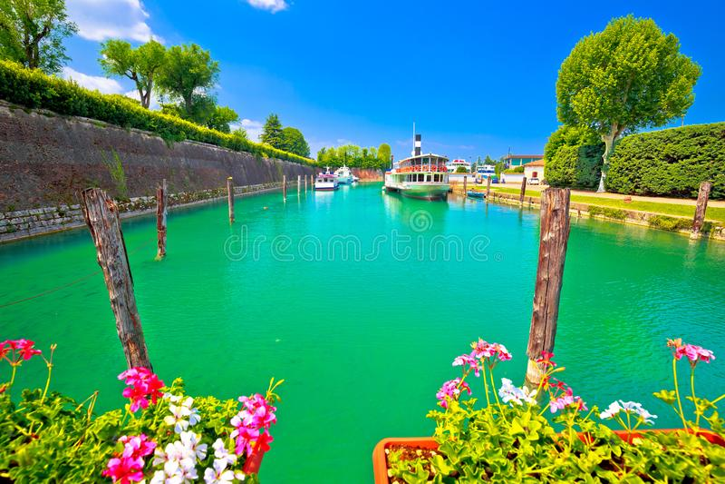 Рот Mincio реки бирюзы Peschiera del Garda в виде на озеро стоковые изображения