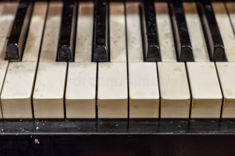 Рояль, аппаратура вида спереди, музыкальный инструмент выучите сыграть аппаратуру дома белый большой рояль black ivory keys piano стоковые фото