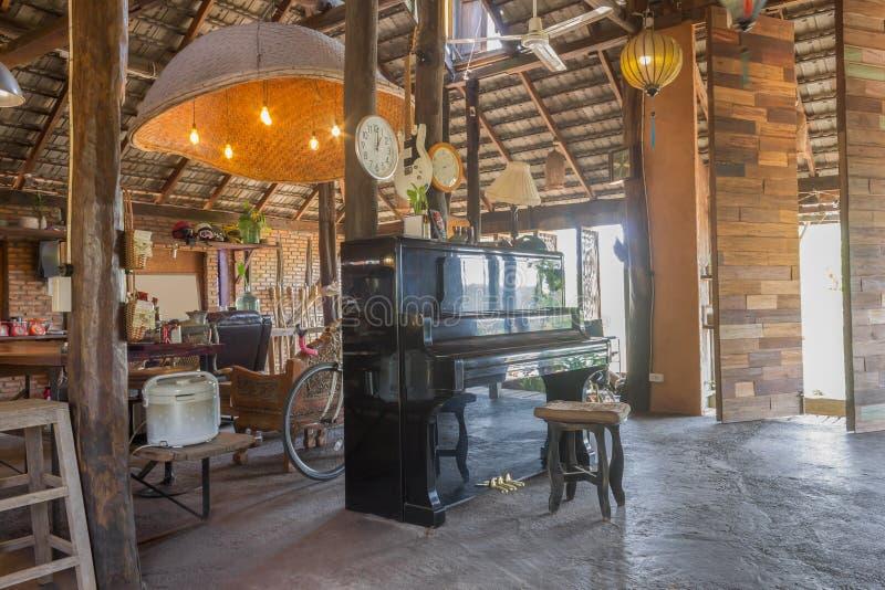Рояль и упорки в комнате дизайна интерьера просторной квартиры страны стоковые изображения